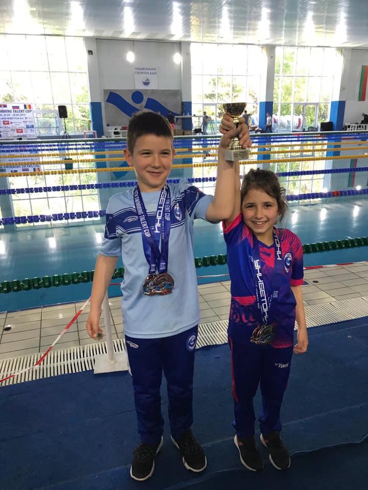 Двамата медалисти Виктор Гинов и Александра Попова с купата